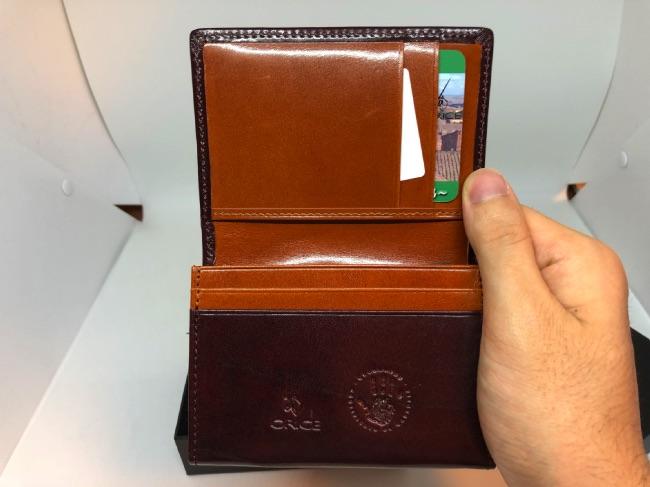 GLENCHECK-カードケースを手に持って開いてみた