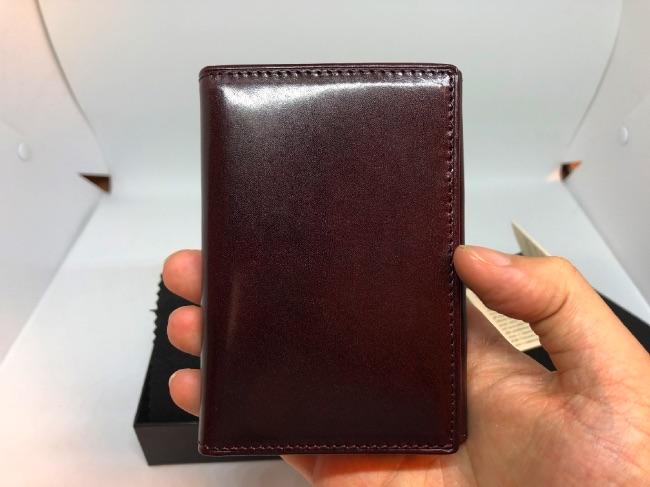 GLENCHECK-カードケースを手に持った写真