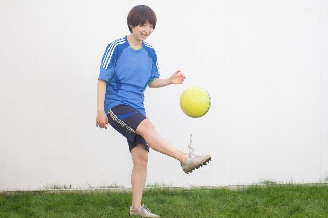 リフティングするサッカー女子