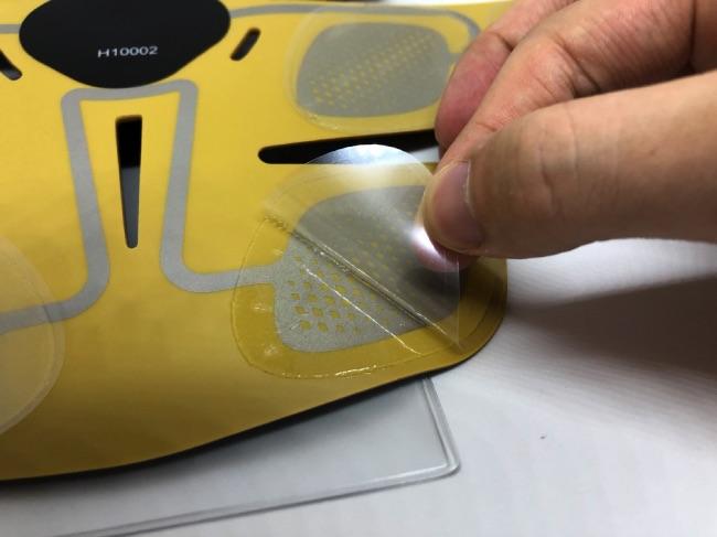3D Shaperにパッドを貼った後にフィルムを剥がしている