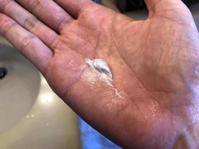 オルビスミスター洗顔の中身を手に持ってみた