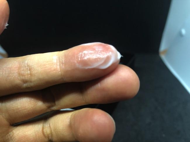 MONOVO ヘアリムーバークリームの容器のキャップを取ってみたMONOVO ヘアリムーバークリームの中身を取って伸ばしてみた