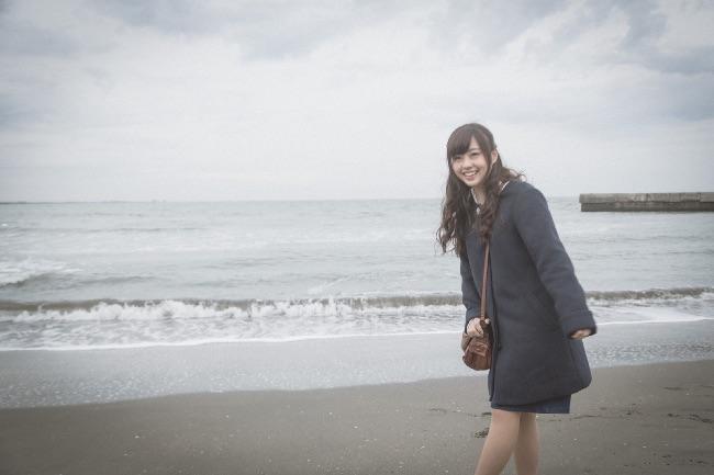 海デートを楽しむ女性