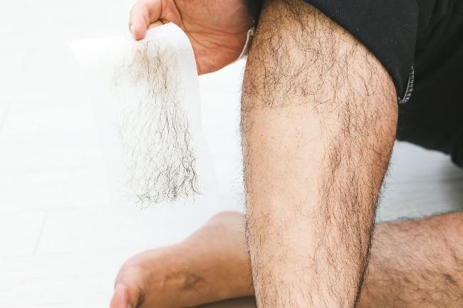 除毛する男性