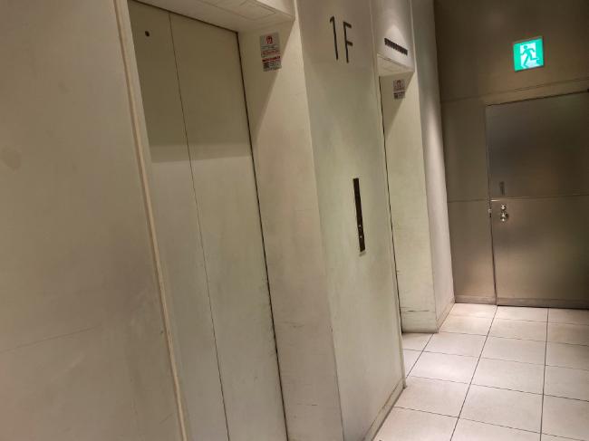 AILE上野店のビル内部のエレベーター待ち